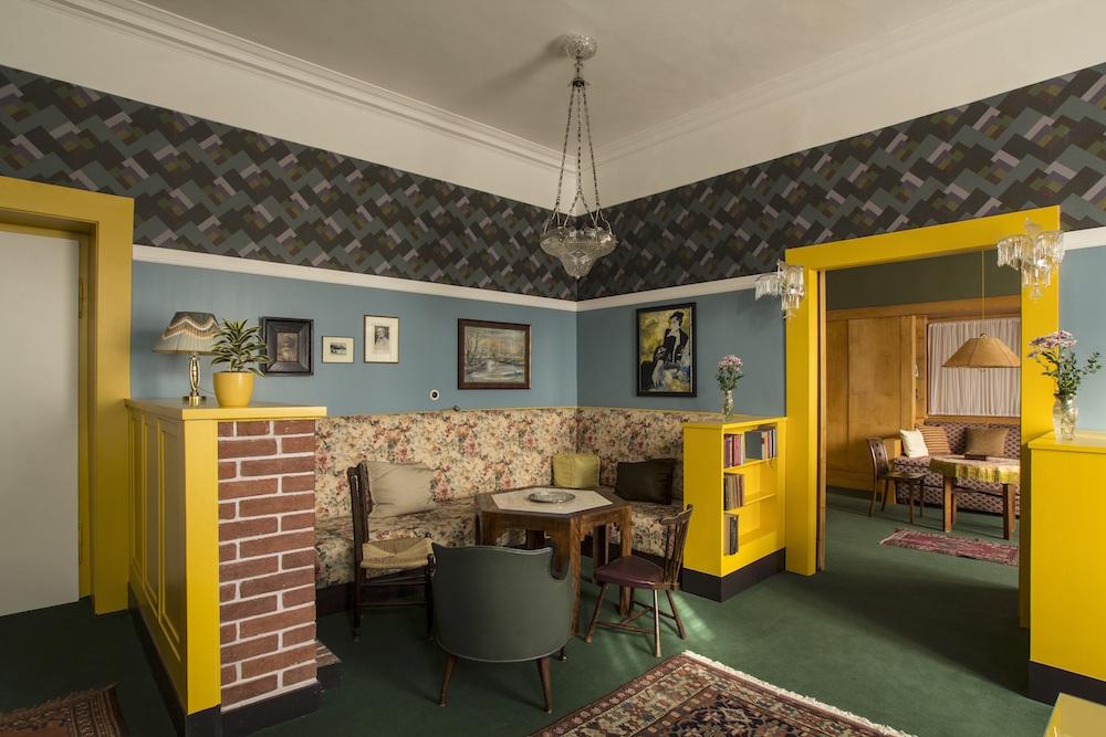 The-blue-room-of-Mrs.-Liebstein-Brummel-residence_