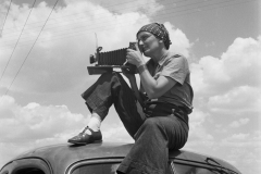 Paul S. Taylor. Dorothea Lange in Texas on the Plains, ca. 1935. Archival pigment print. © The Dorothea Lange Collection, the Oakland Museum of California, City of Oakland, Gift of Paul S. Taylor