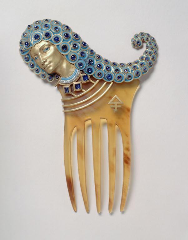 Henri Vever (1854-1942). Peigne Assyrien. Corne, or, émail, améthystes et brillants (fond rose), vers 1900. Musée des Beaux-Arts de la Ville de Paris, Petit Palais.