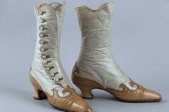 (Non griffé - Anonyme). Paire de bottines. Cuir beige, cuir caramel. Doublure en toile de coton écrue. 1900-1905. Galliera, musée de la Mode de la Ville de Paris.