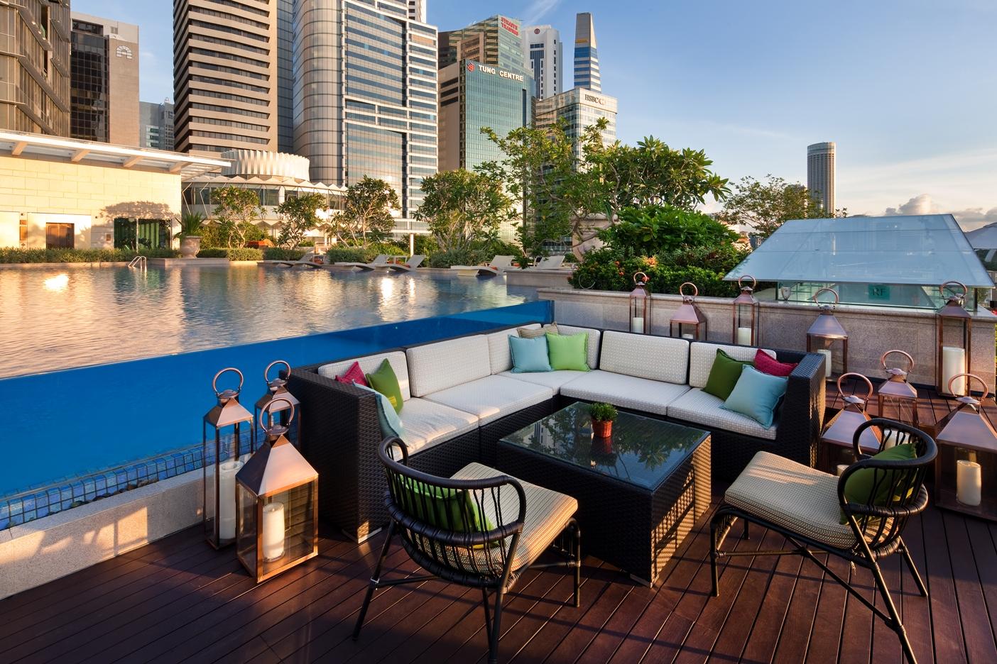 the-fullerton-bay-hotel-singapore-lantern-seating-facing-pool