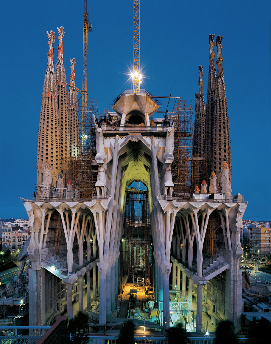 A vision of gaudi s sagrada familia architects and artisans for Architecture gaudi
