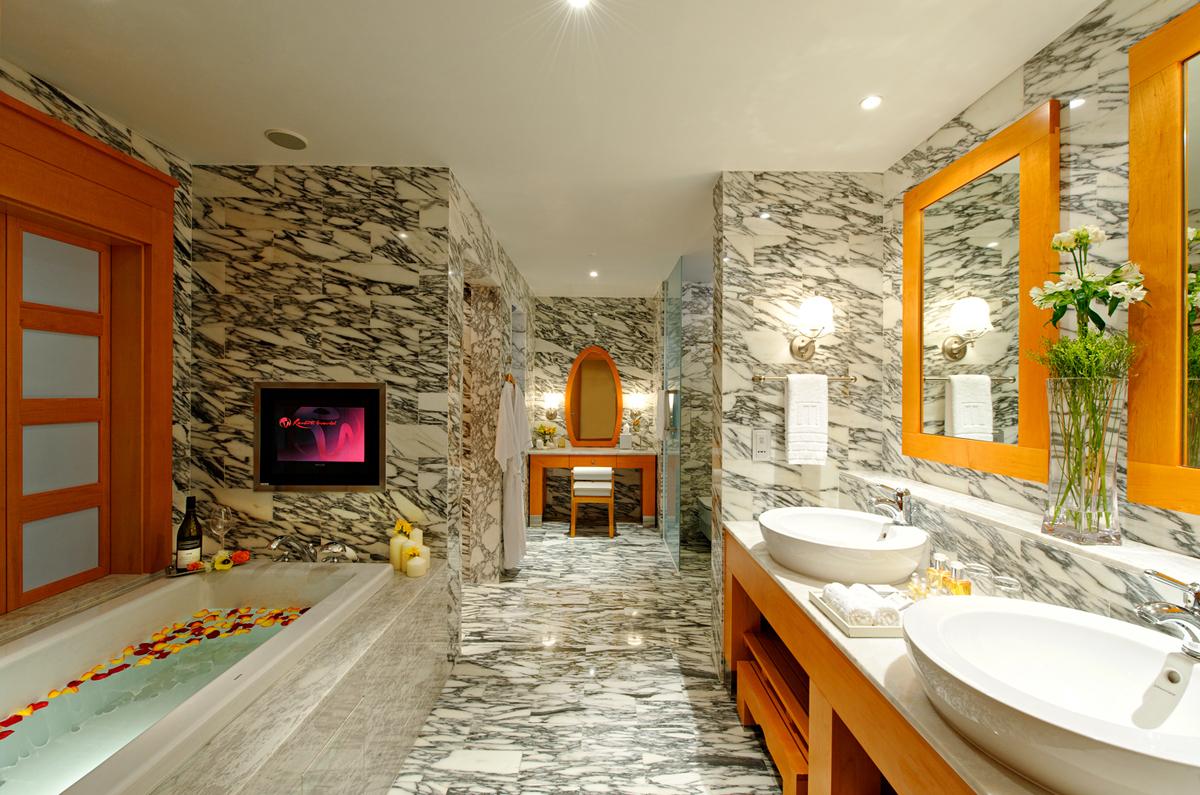 12 Hotel Michael Guest Bathroom