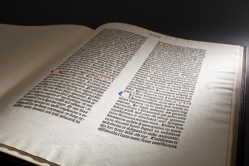 05a_gutenberg-bible-leaf-1450-1455-courtesy-peabody-essex-museum