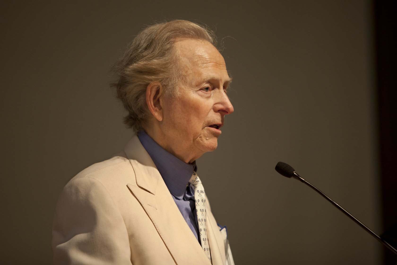 12-tom-wolfe-at-podium